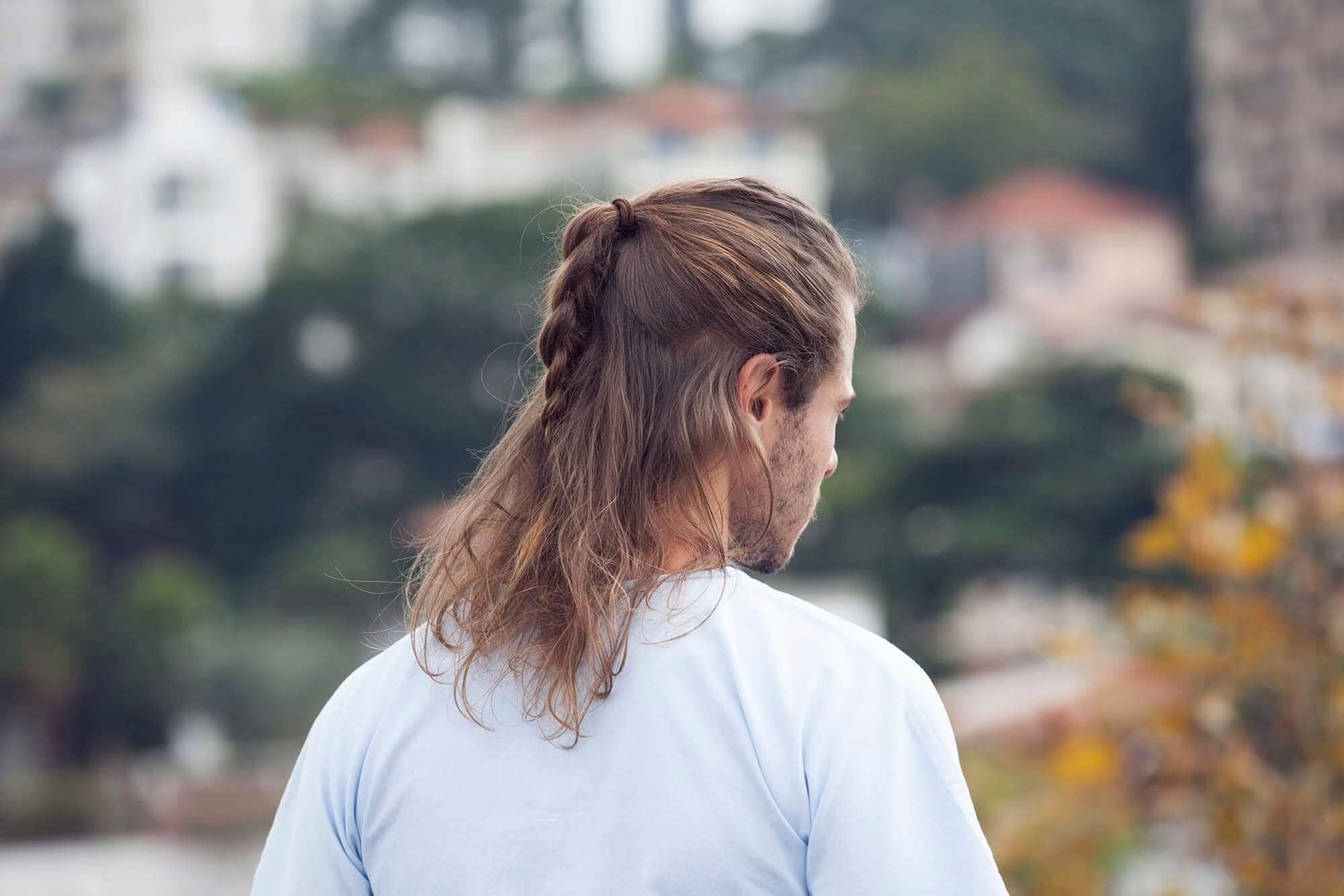 Nam để tóc dài bện rết