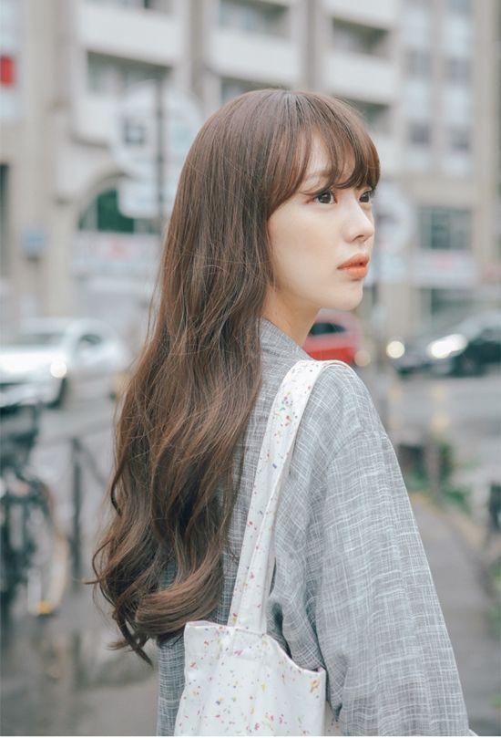 Tóc dài nữ uốn xoăn dợn sóng nhẹ và mái thưa