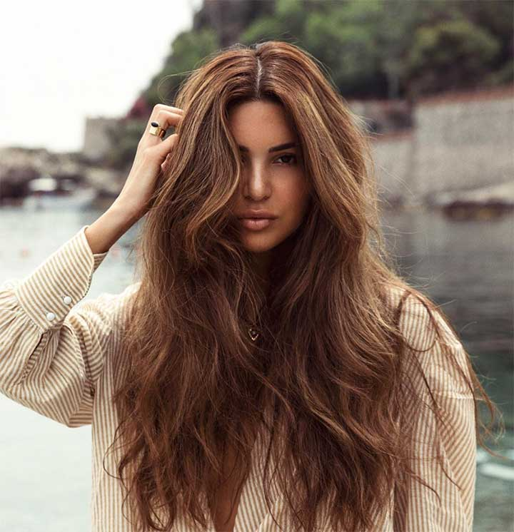Tóc dài rẽ ngôi giữa và uốn rối ở đuôi tóc