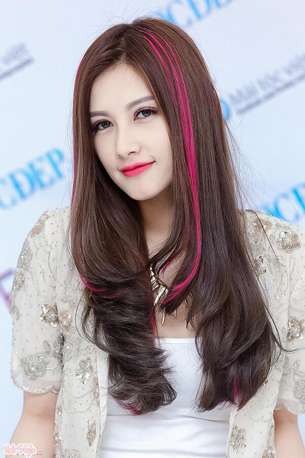 Tóc dài uốn cụp nhiều tầng, highlight màu hồng