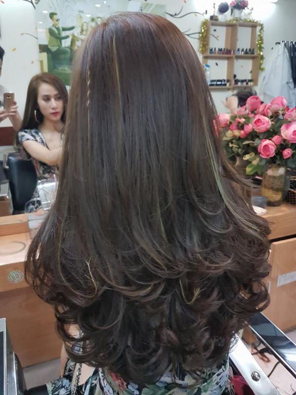 Tóc dài uốn đuôi nhiều tầng dành cho nữ