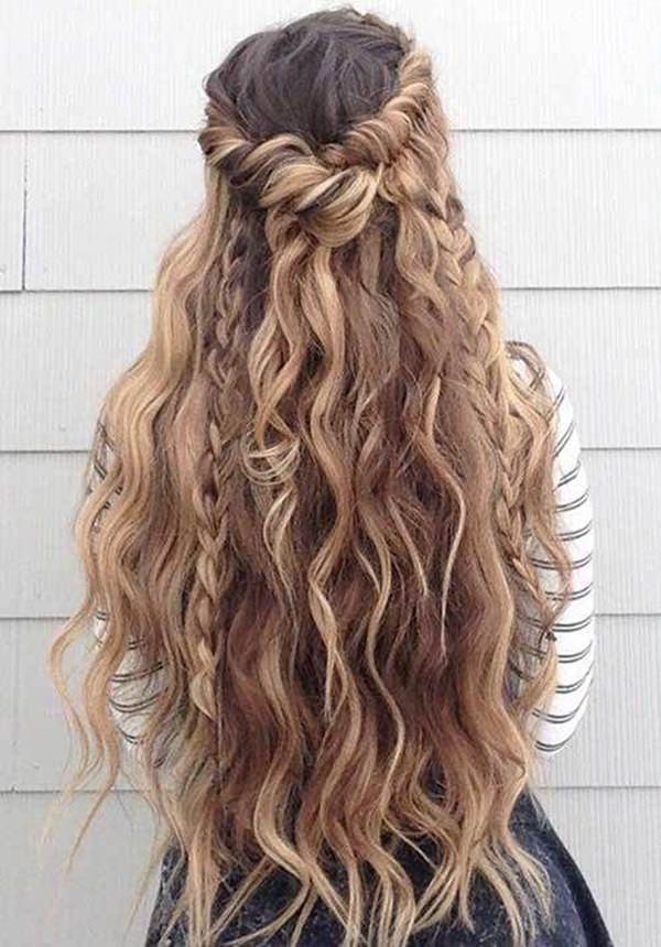 Tóc dài uốn xoăn kết hợp với bện rết tạo thành kiểu tóc khá đẹp mắt
