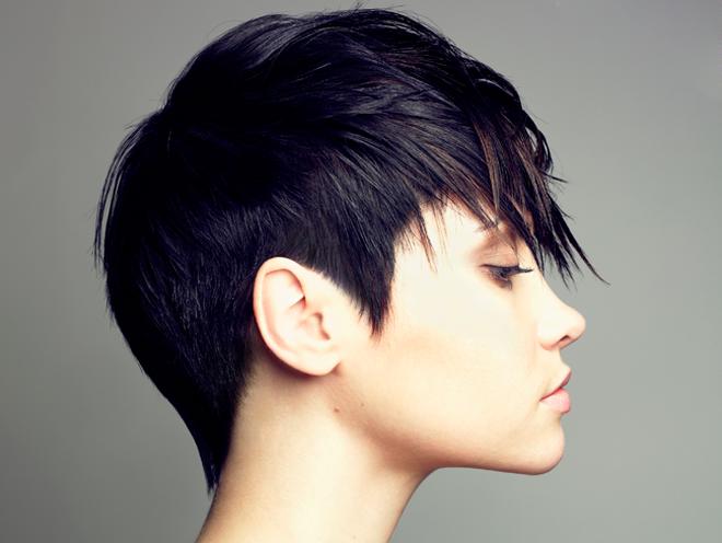 Màu tóc đen hơi ngả ánh tím khi bắt sáng là một lựa chọn không tồi cho bạn khi muốn một màu tóc không quá phô trương