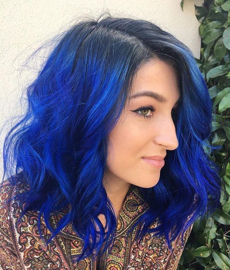 Màu tóc xanh đập cũng không kém phần xinh đẹp và huyền bí
