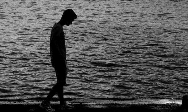 Ảnh avatar đen trắng buồn cô đơn
