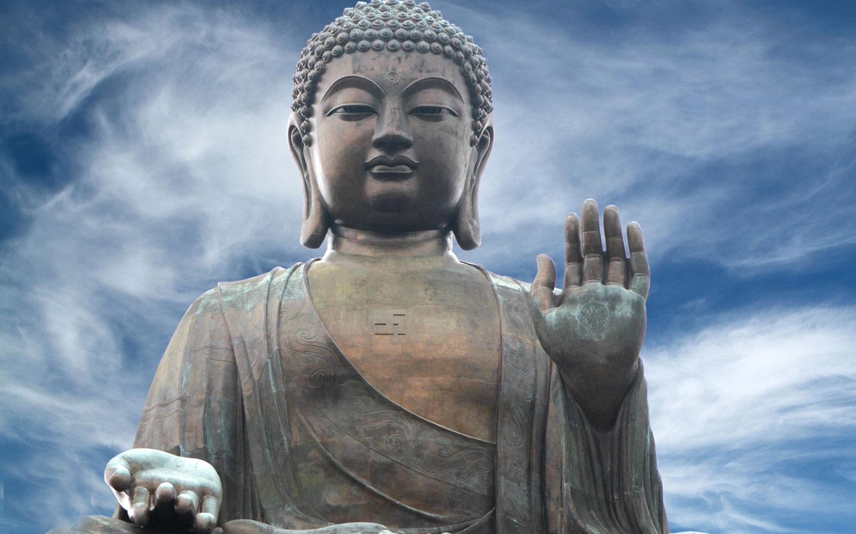 Hình ảnh Đức Phật rất đẹp dưới nền trời xanh