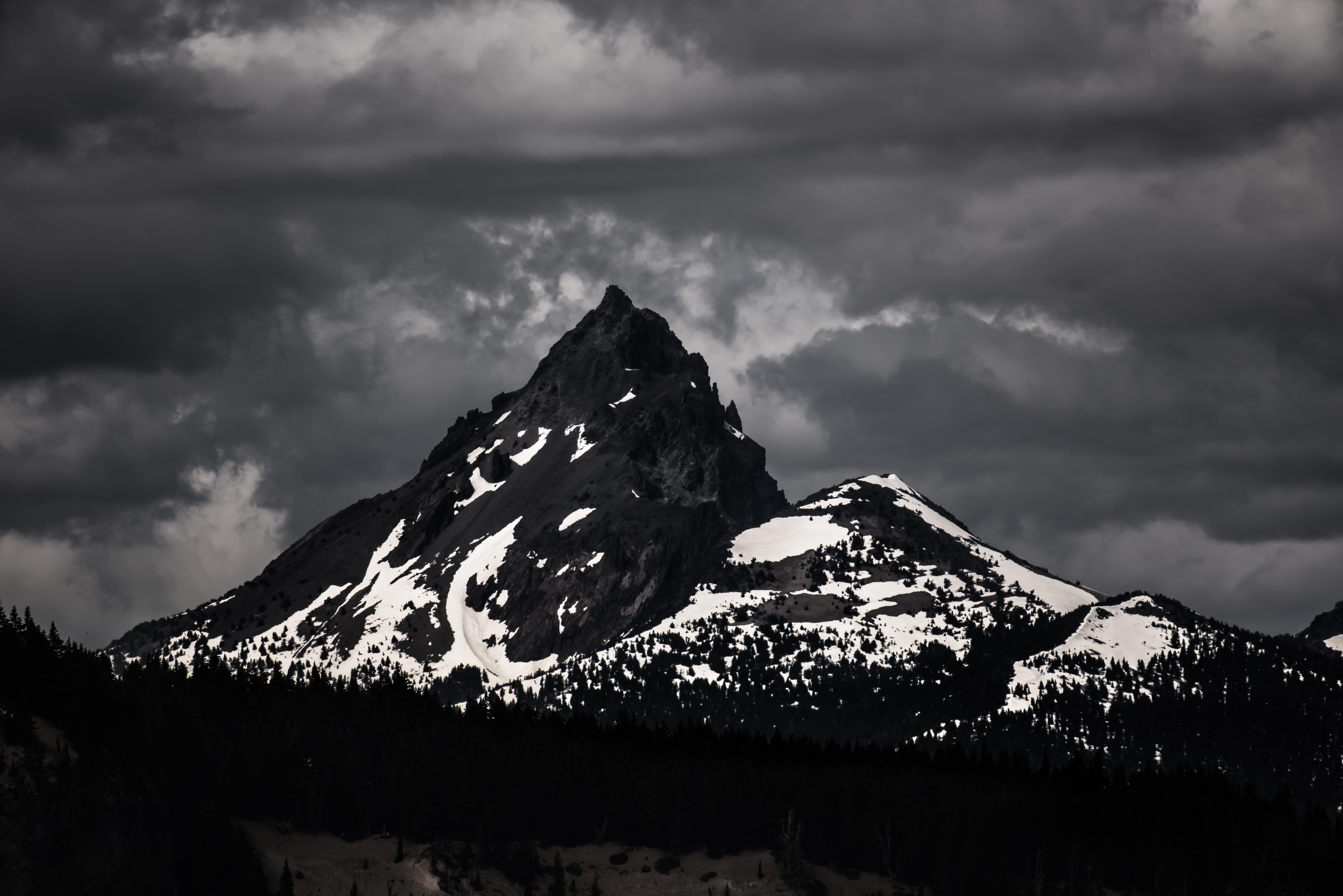 Hình nền đen tháp núi