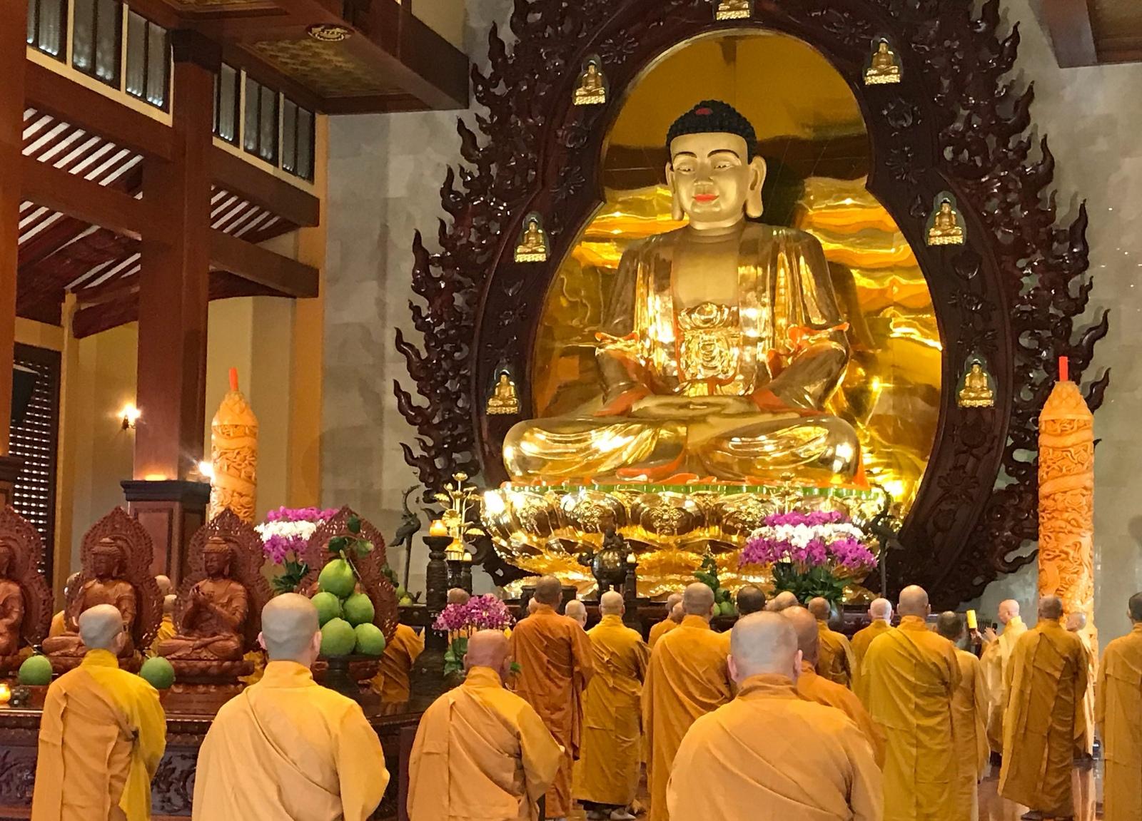 Tượng Đức Phật trong chùa đang được các thiền sư thờ cúng
