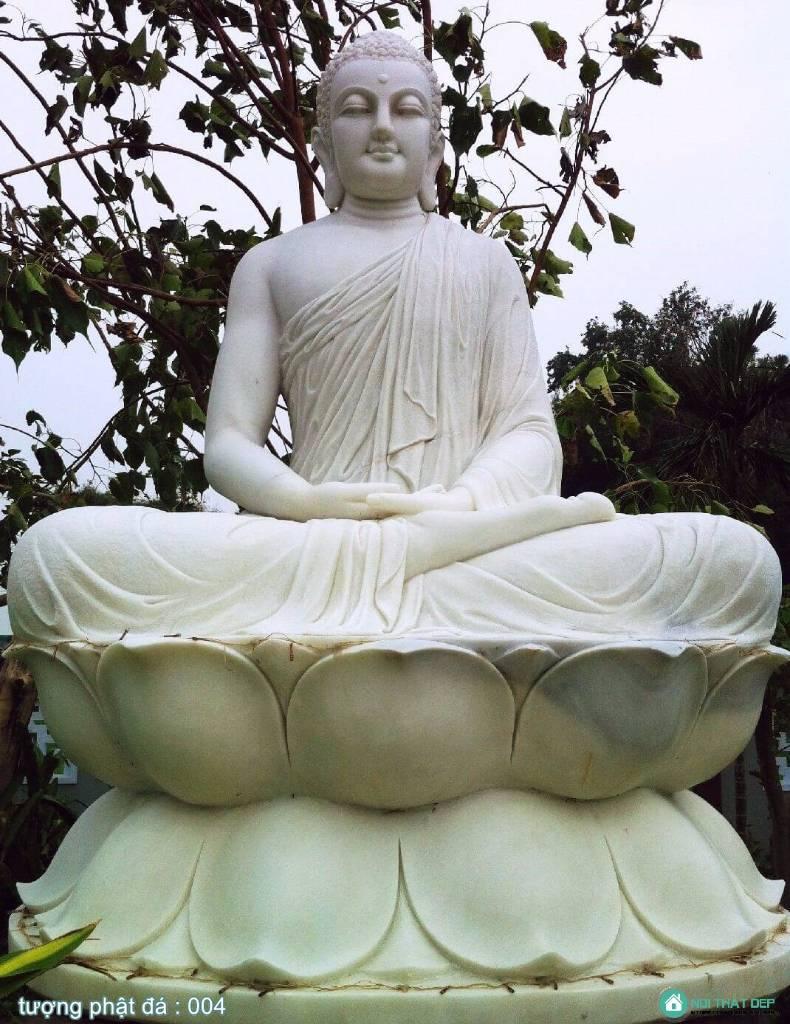 Tượng Phật bằng đá trắng ngồi trên đài sen