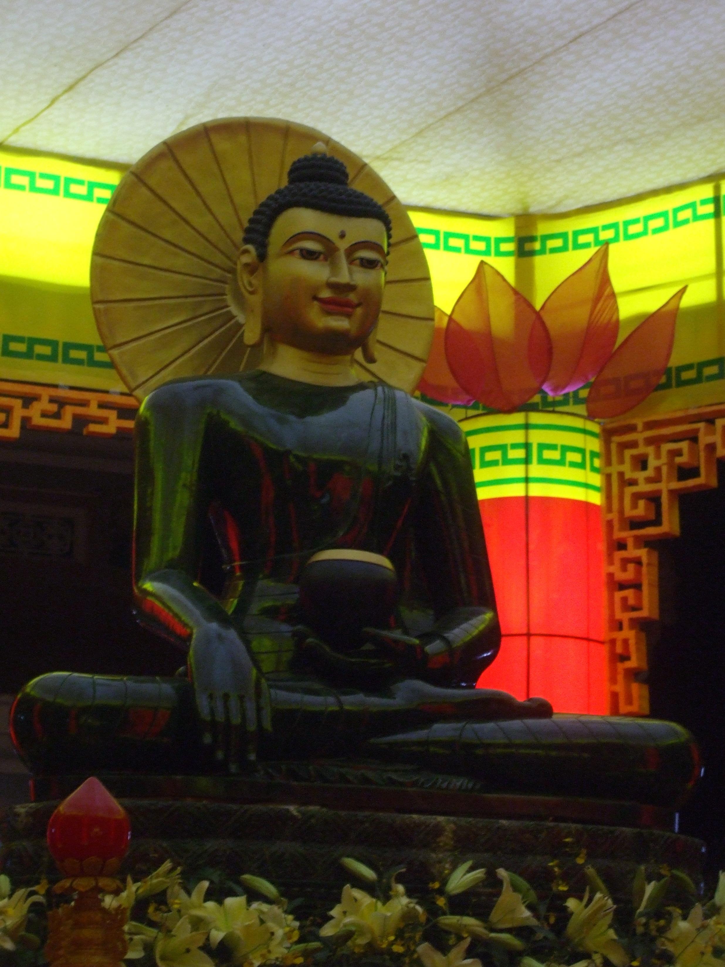 Tượng phật bằng ngọc rất đẹp ở trong chùa