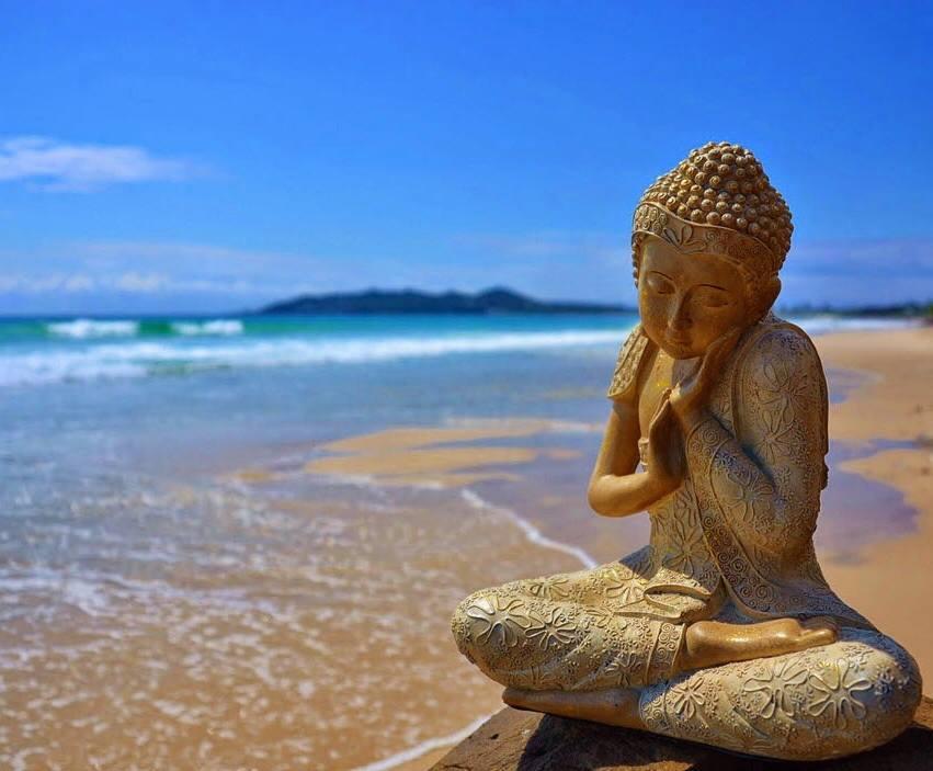 Tượng Phật đẹp ngồi bên bờ cát
