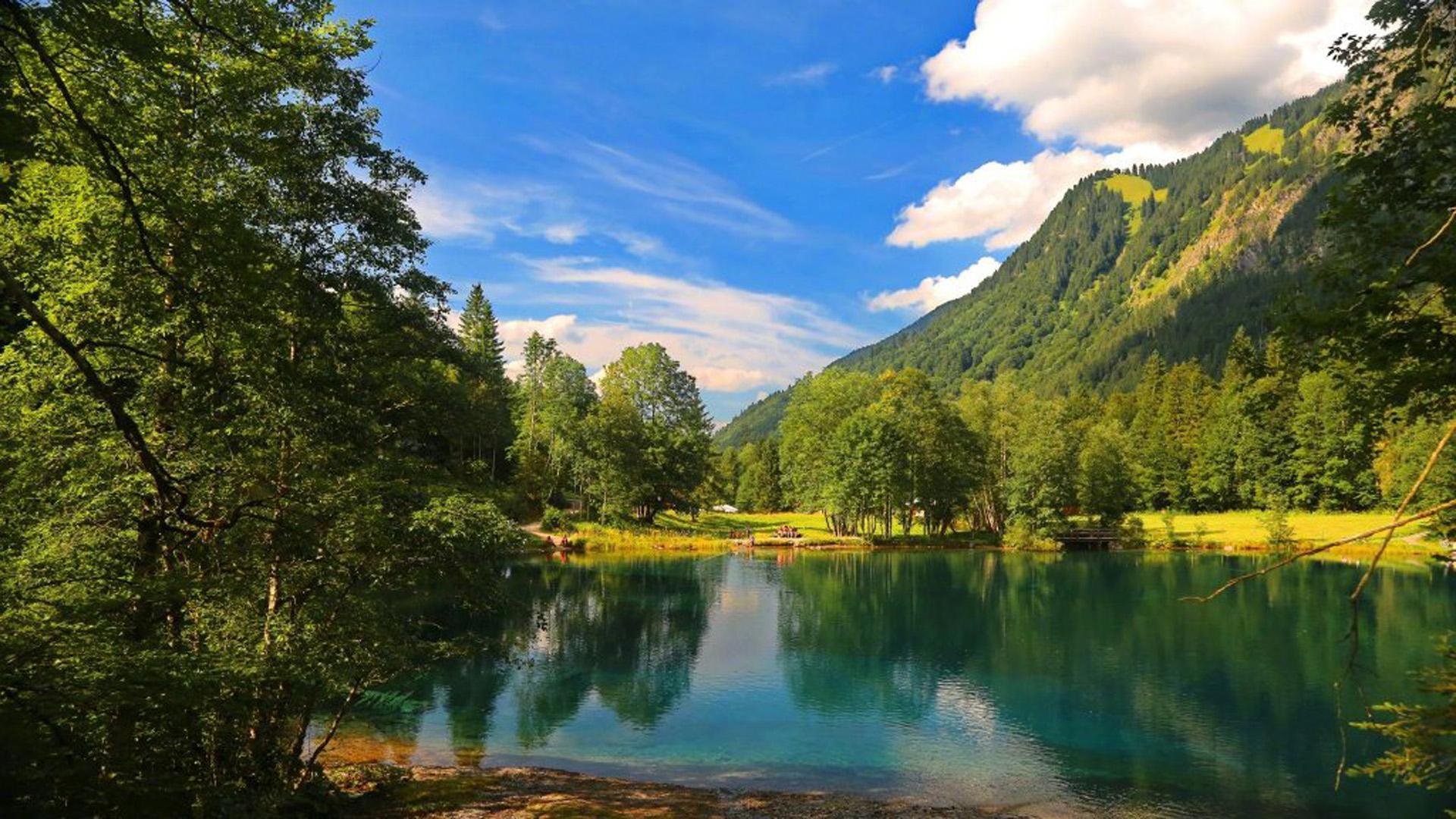Cảnh đẹp bên hồ nước trong vắt