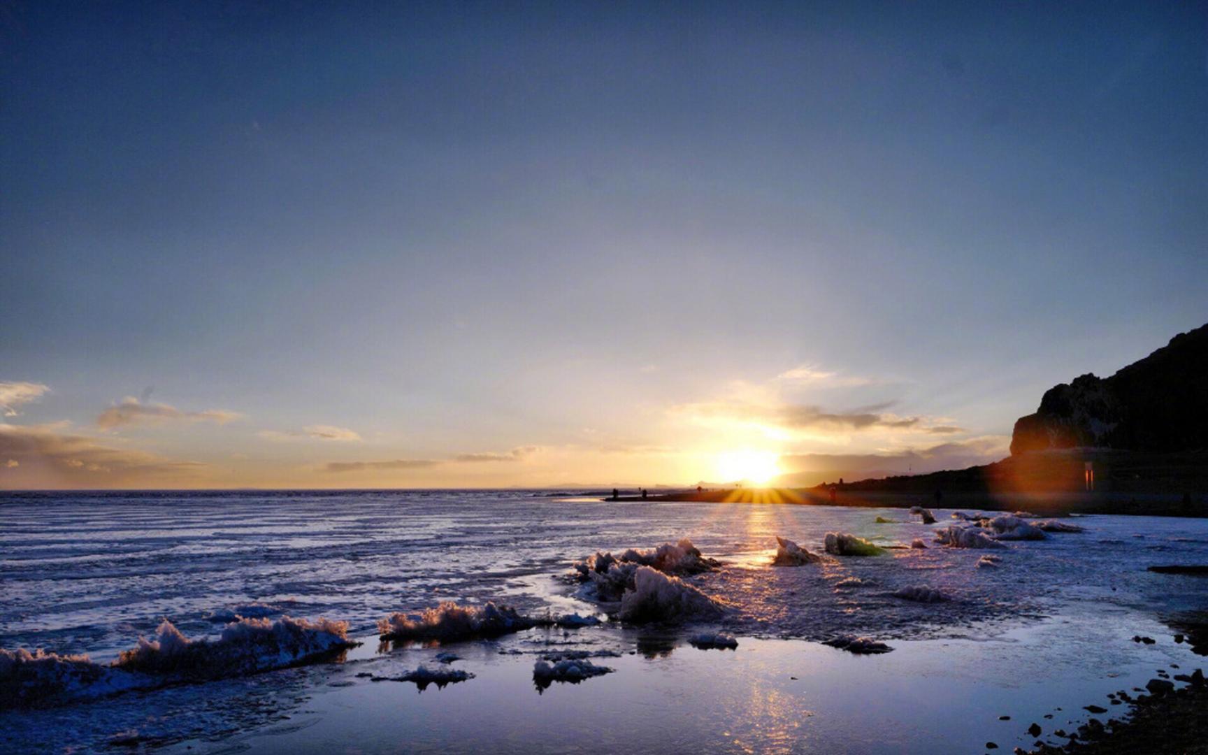 Cảnh thiên nhiên đẹp bình minh trên bờ biển