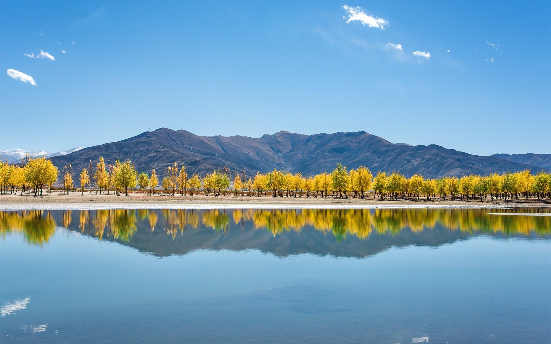 Cảnh thiên nhiên mặt hồ phẳng lặng