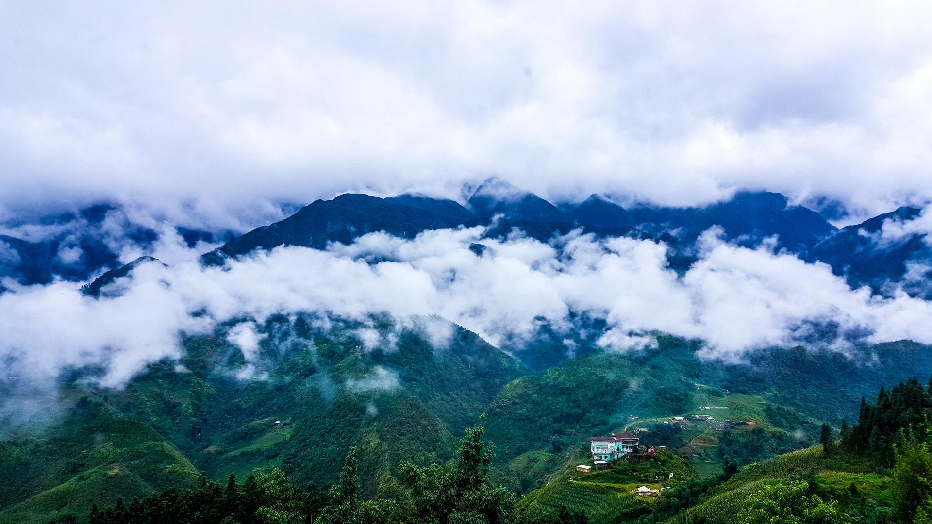 Cảnh thiên nhiên sương mù trắng xóa trên núi xanh