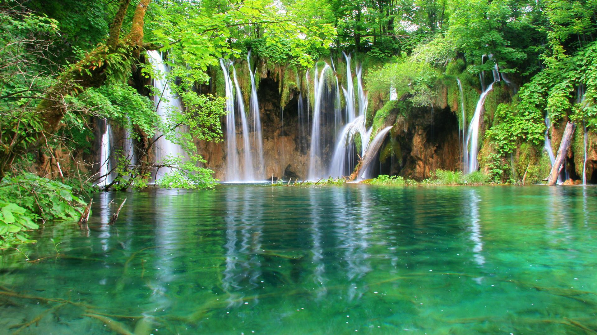 Hồ xanh thác trắng với thiên nhiên xanh mượt