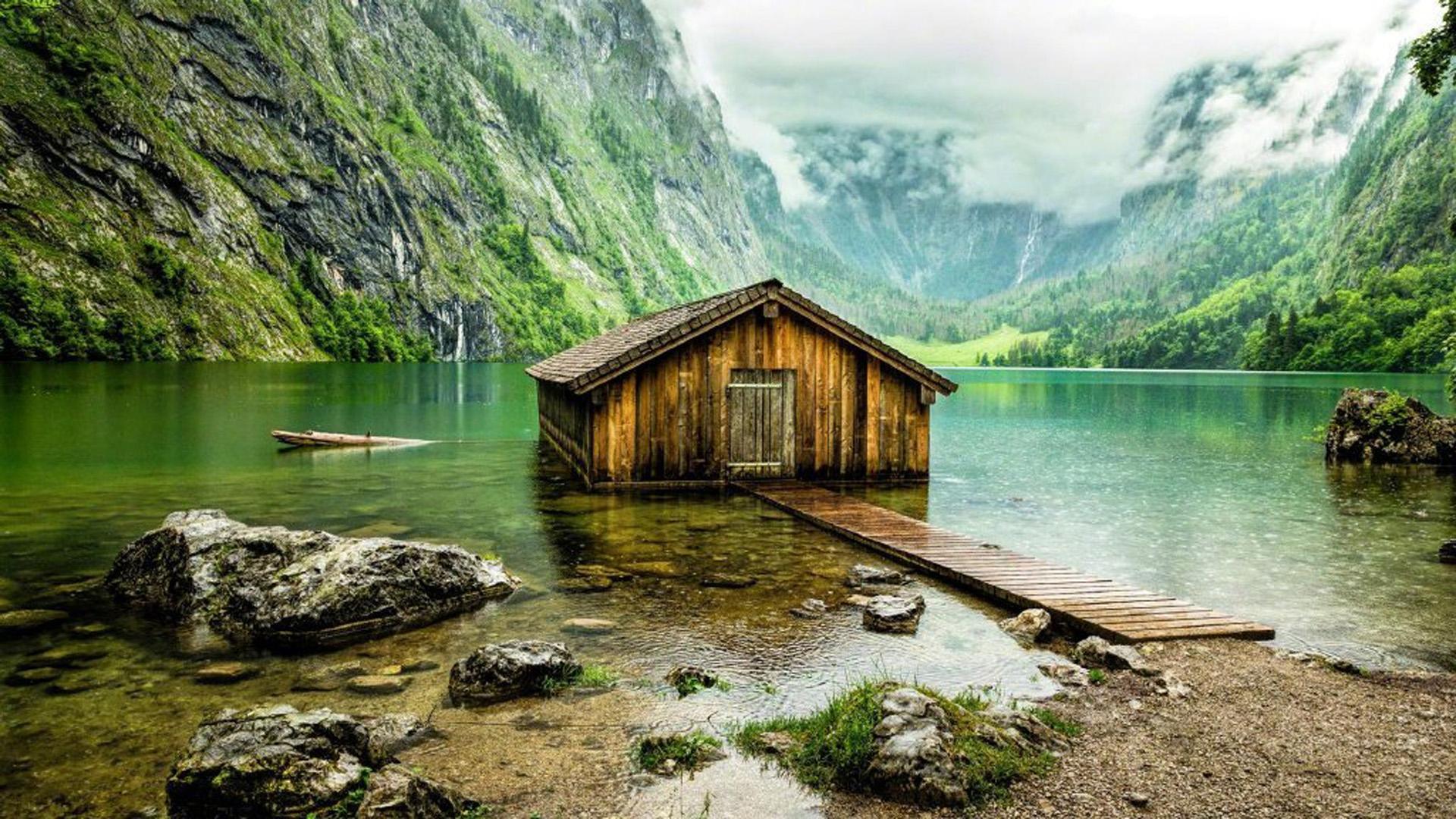 Phong cảnh thiên nhiên ngôi nhà gỗ xây trên bờ hồ nhìn rất hư cấu