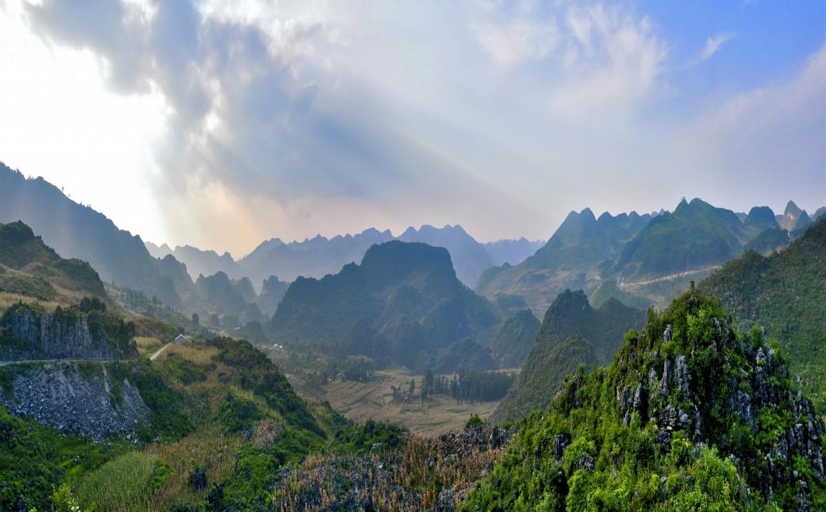 Phong cảnh thiên nhiên núi non trùng điệp