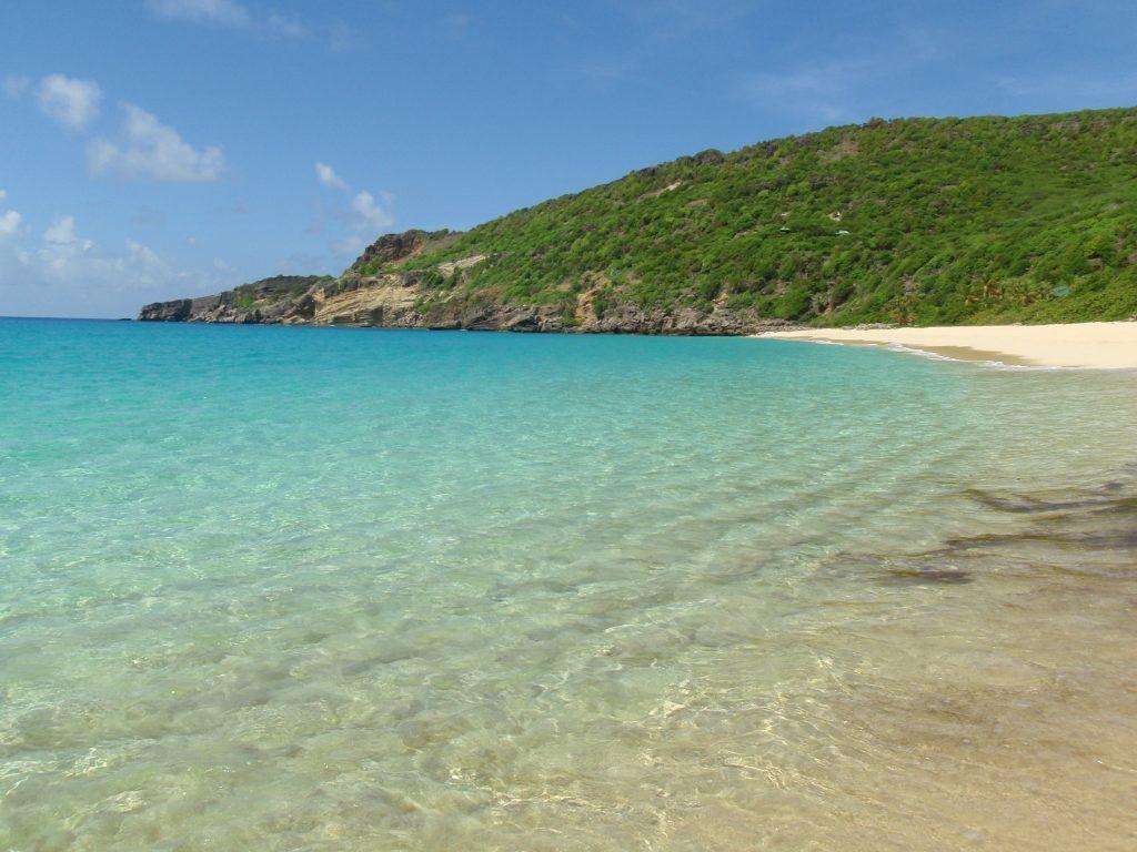 Phong cảnh thiên nhiên tuyệt sắc với bãi cát trắng và bờ biển xanh
