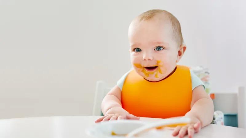 Hình ảnh em bé đang ăn dễ thương