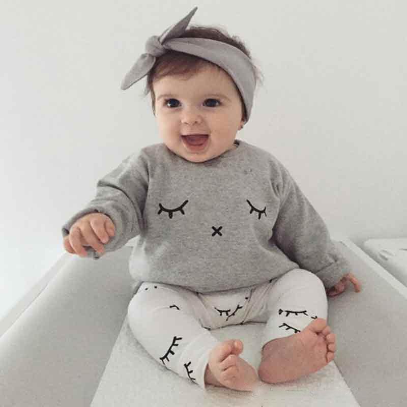 Hình ảnh em bé đang vui dễ thương