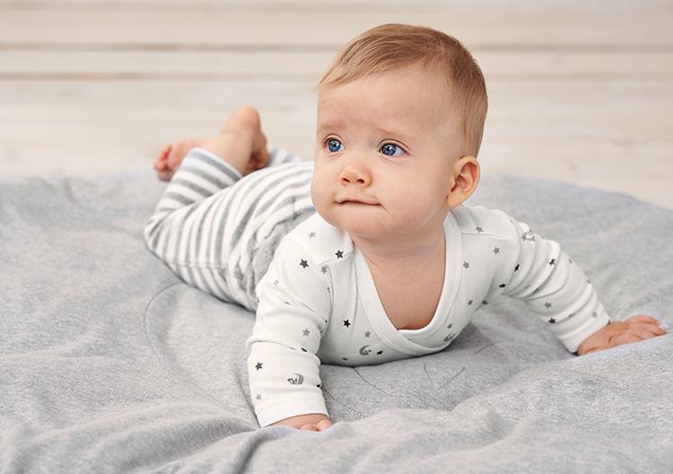 Hình ảnh ngộ nghĩnh, dễ thương của em bé