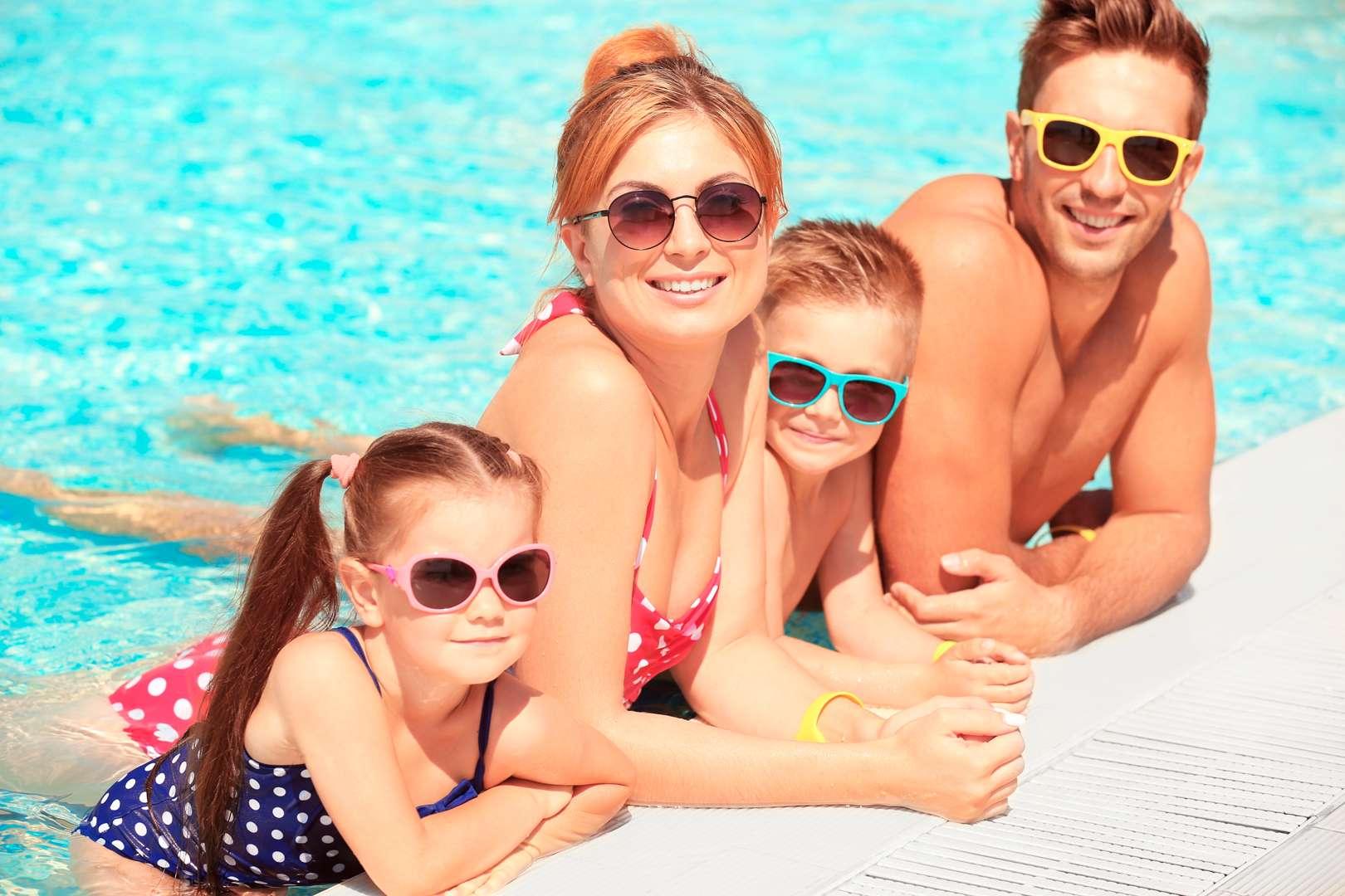 Ảnh chụp cả gia đình cùng đi chơi ở bể bơi