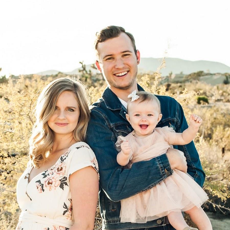 Ảnh gia đình ba người với đứa con gái xinh xắn bé bỏng