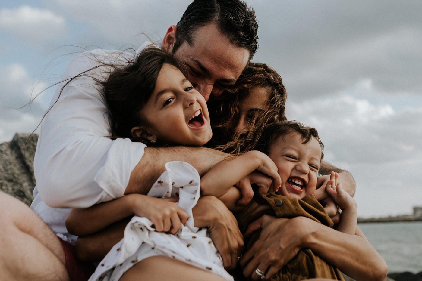Ảnh gia đình bên nhau hạnh phúc vui vẻ