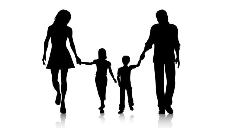 Ảnh gia đình bốn người bên nhau