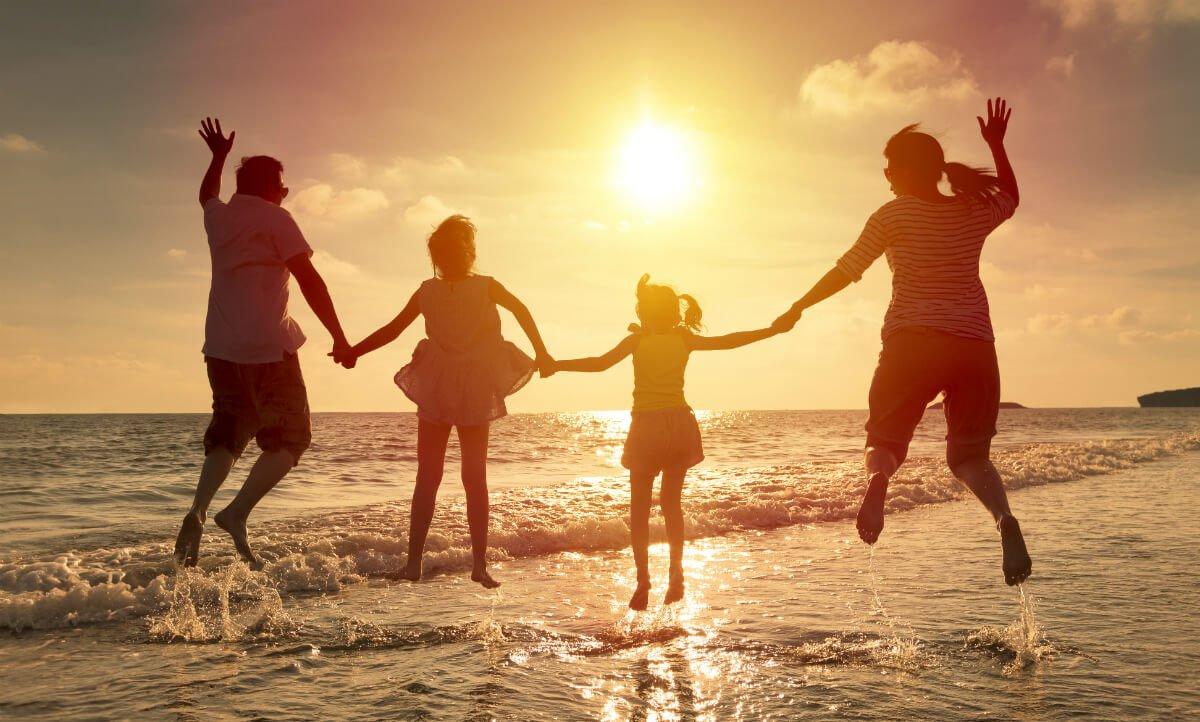 Ảnh gia đình bốn người đi chơi biển