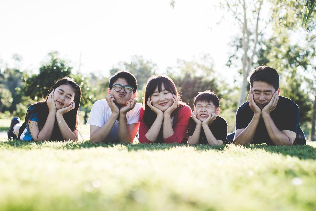 Ảnh gia đình cùng chụp ảnh dưới ánh nắng ấm