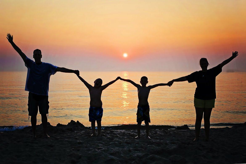 Ảnh gia đình cùng đi tắm biển