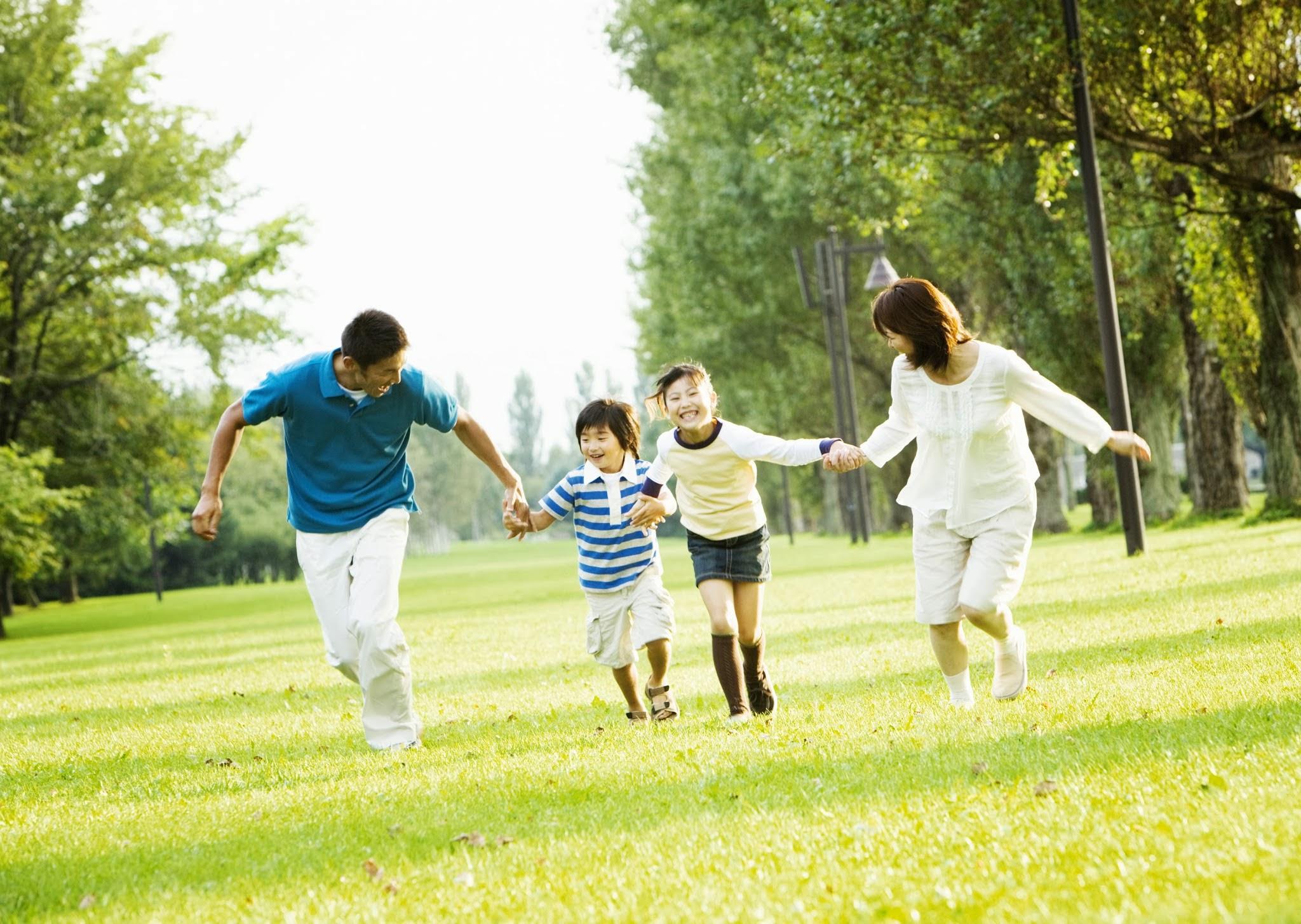 Ảnh gia đình cùng nhau chạy trên bãi cỏ