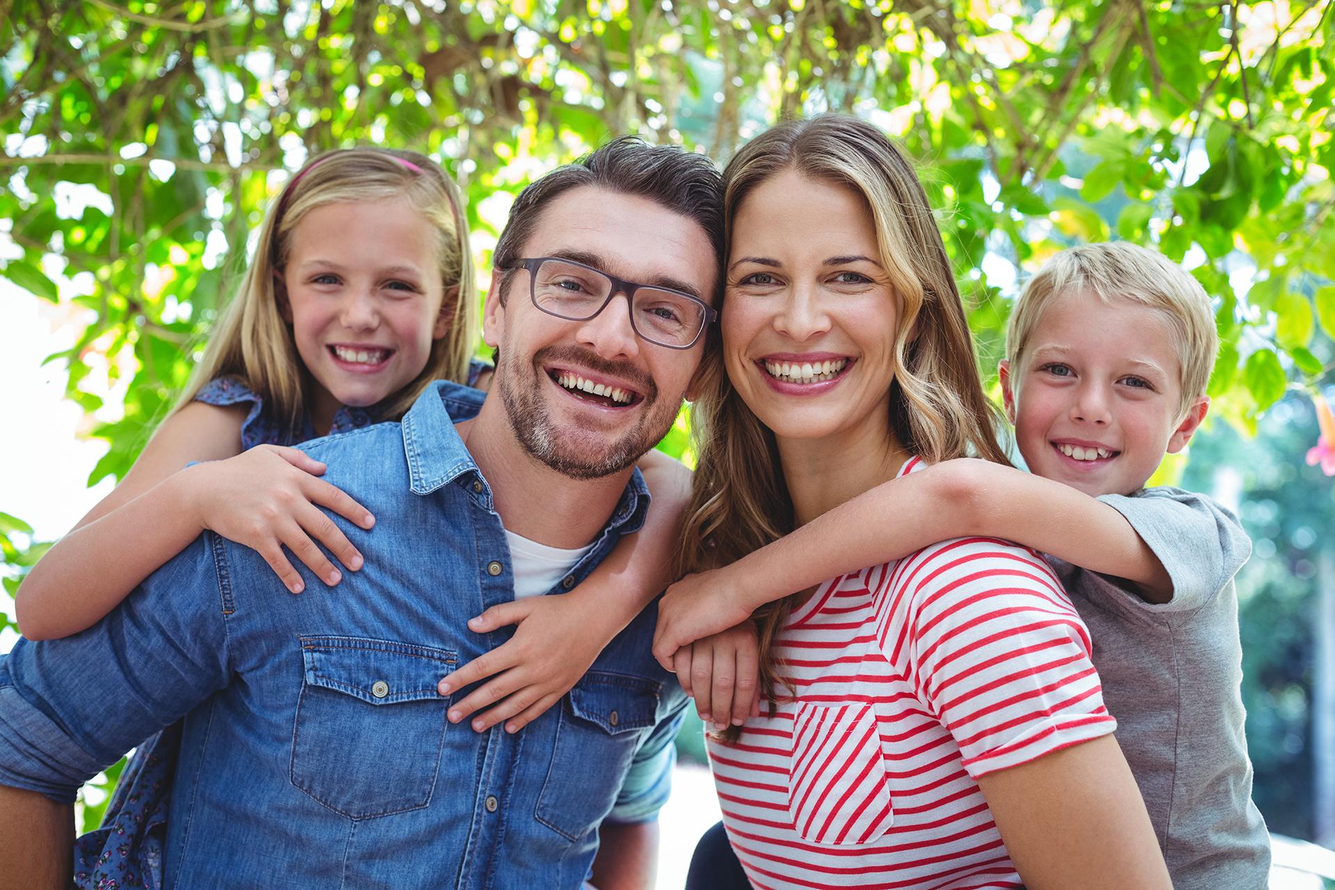 Ảnh gia đình cười rất vui vẻ
