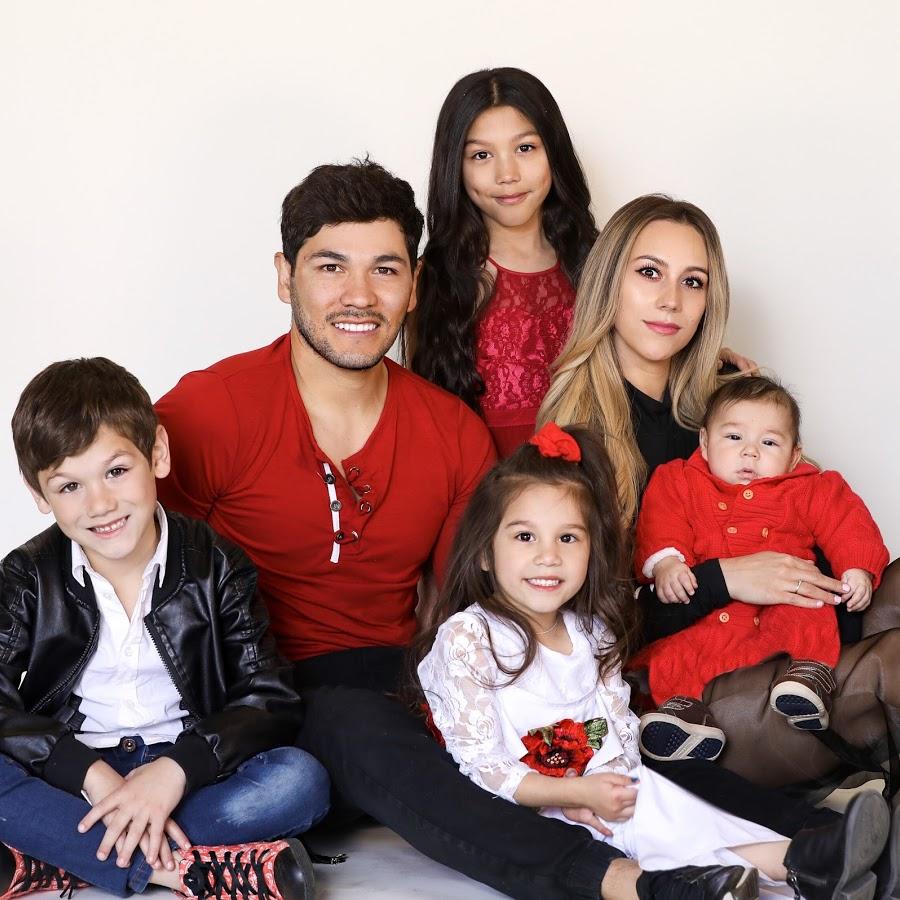 Ảnh gia đình năm người ngồi bên nhau