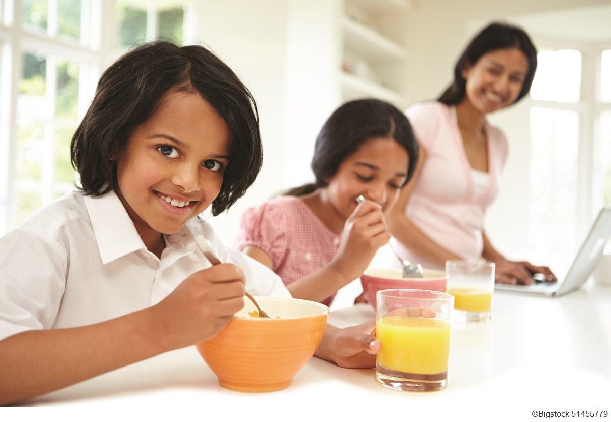 Ảnh gia đình người mẹ cười nhìn hai đứa con ăn sáng