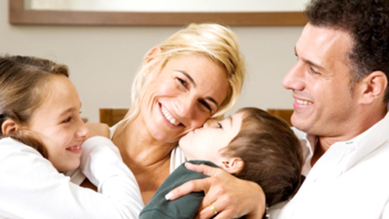 Bức ảnh gia đình bên nhau và người chồng nhìn vợ mình đầy tình cảm