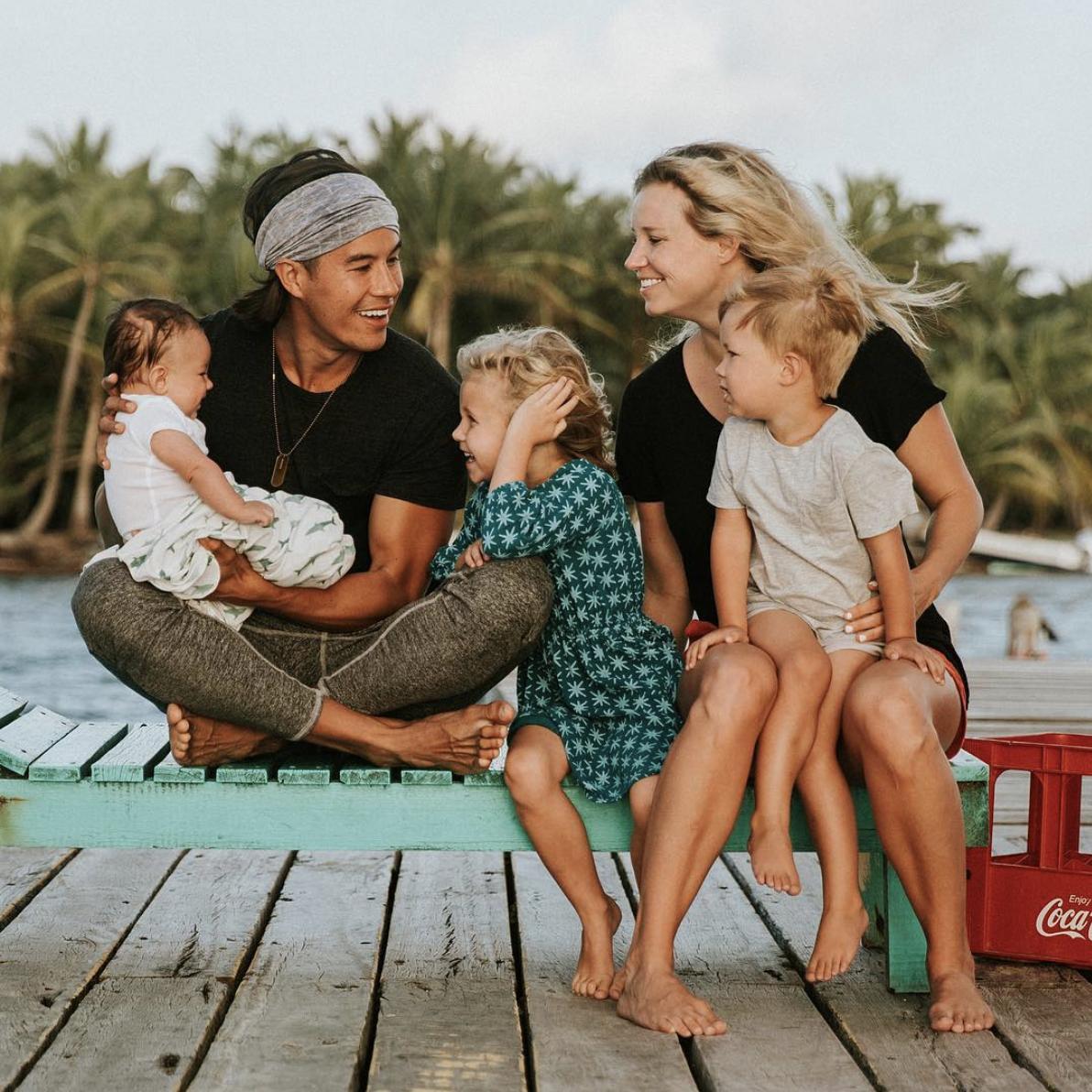 Bức ảnh gia đình năm người hạnh phúc