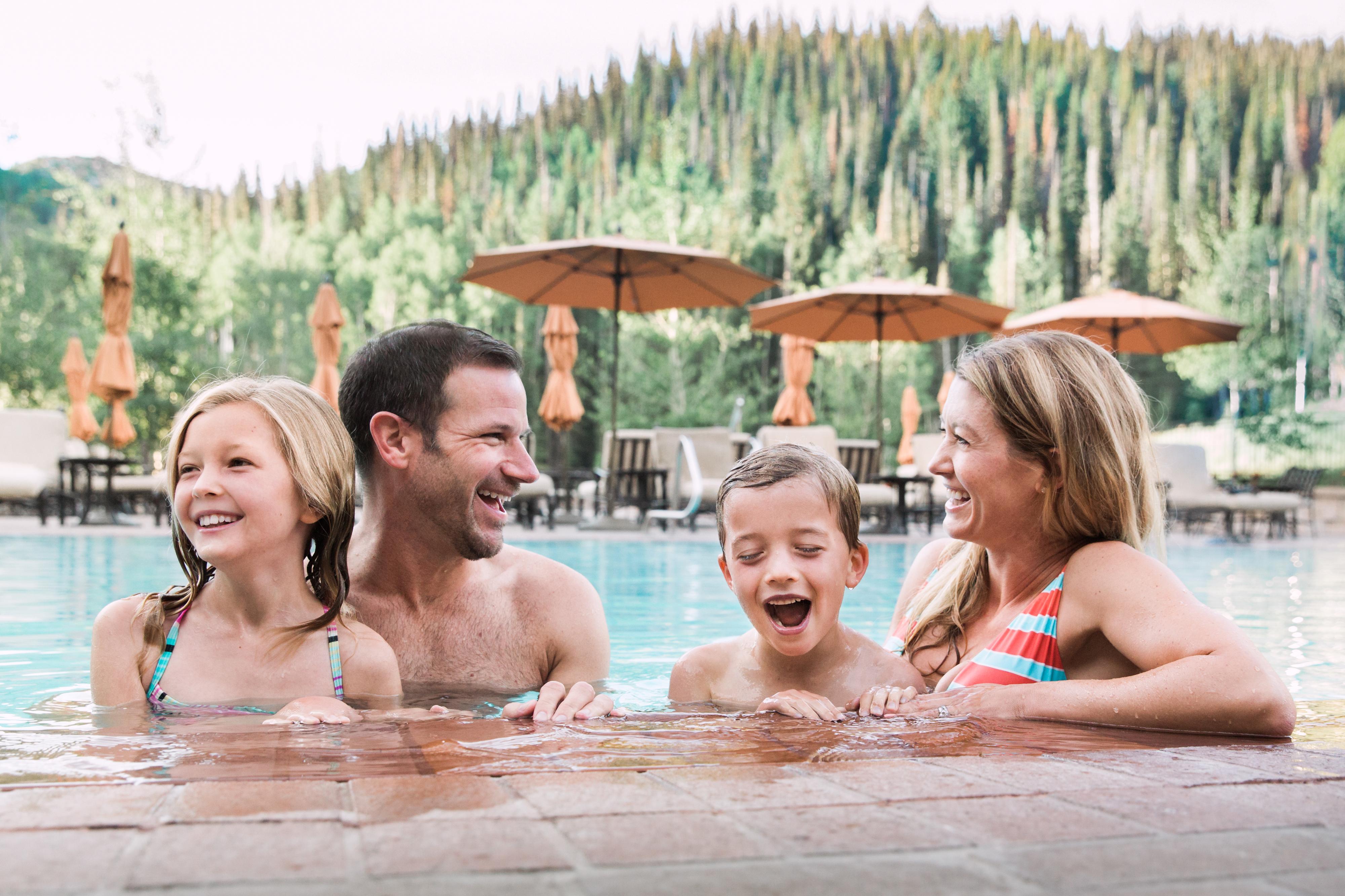 Gia đình cùng nhau đi bể bơi hạnh phúc