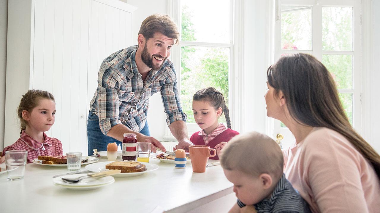 Gia đình hạnh phúc cùng ăn sáng bên nhau