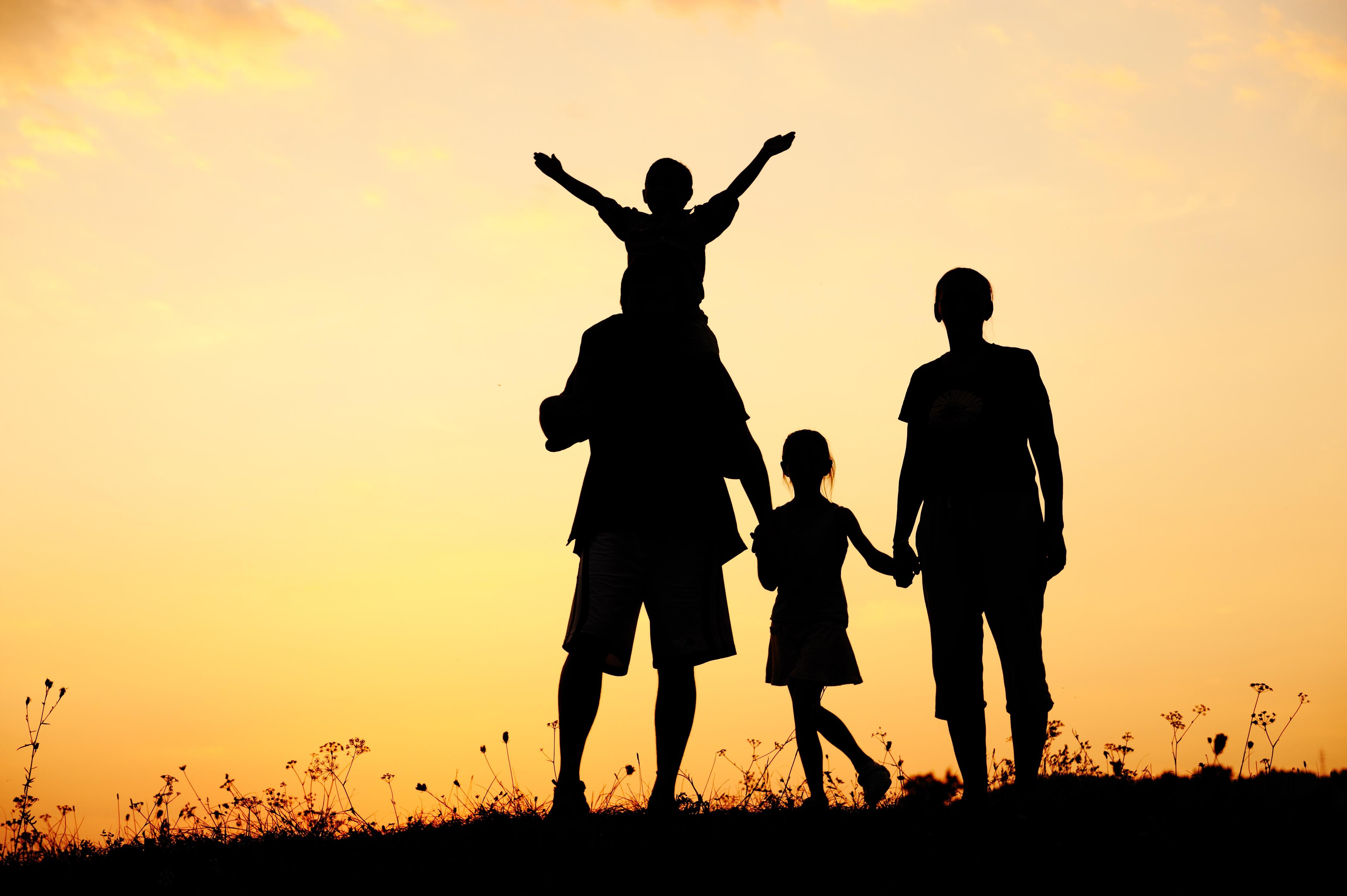 Gia đình hạnh phúc trong ánh chiều tà