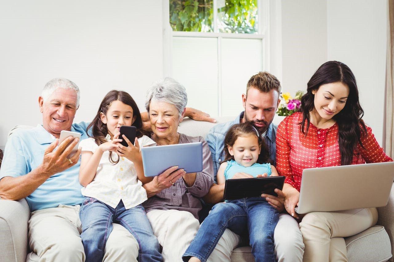 Gia đình nhiều thế hệ ngồi quây quần bên nhau