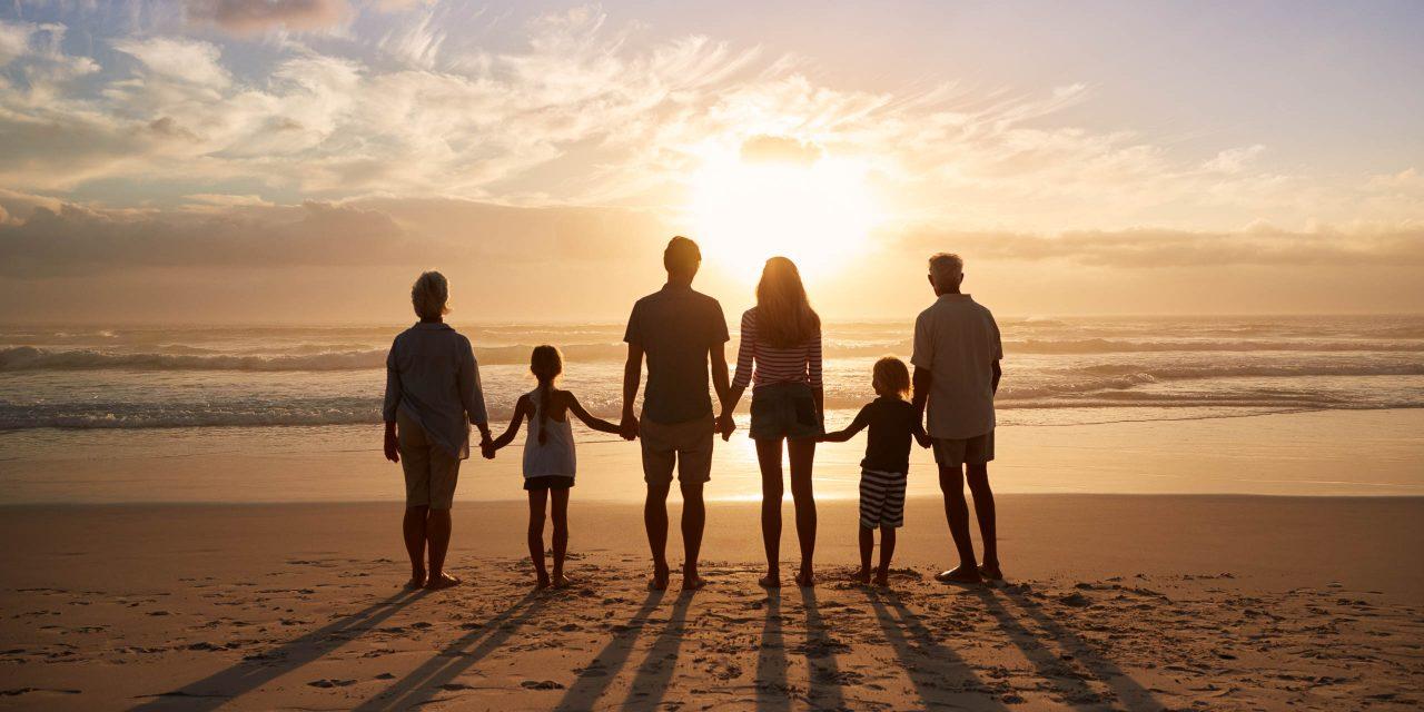 Hình ảnh cả gia đình hạnh phúc đi biển