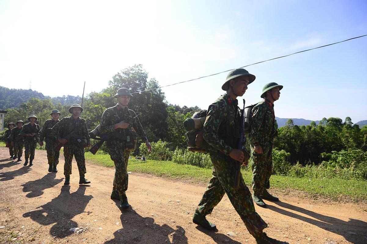 Hình ảnh chú bộ đội bộ binh hành quân