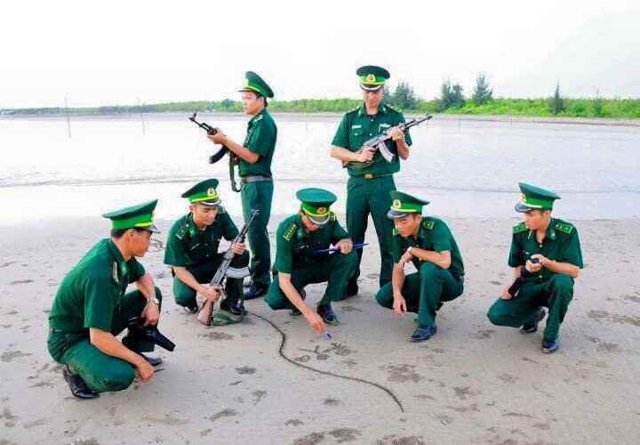 Hình ảnh chú bộ đội đang lập chiến lược