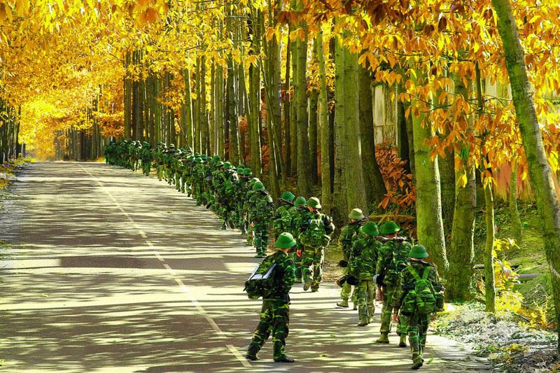 Hình ảnh chú bộ đội hành quân trên đường